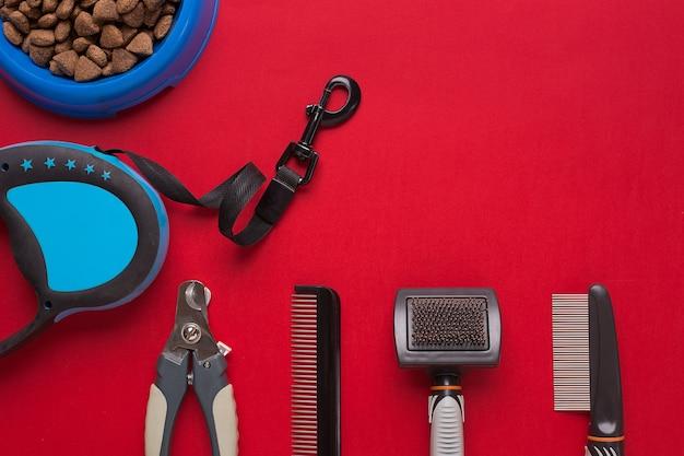 Accessoires Pour Animaux De Compagnie Sur Fond Rouge. Vue De Dessus. Nature Morte. Espace De Copie Photo Premium