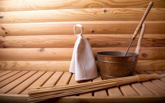 Accessoires pour le bain et le sauna sur un sauna en bois.