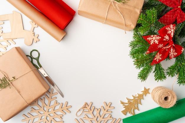 Accessoires pour cadeaux de noël décorant le blanc, vue de dessus, fond
