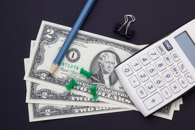 Accessoires pour calculatrice, crayon et bureau sur fond noir