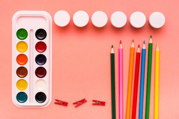 Accessoires pour crayons à dessin, aquarelles et gouaches sur du rouge