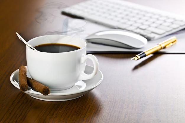 Accessoires pour faire des affaires au bureau sur la table