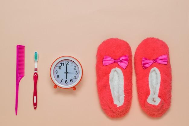 Accessoires pour femmes du matin sur une surface rose