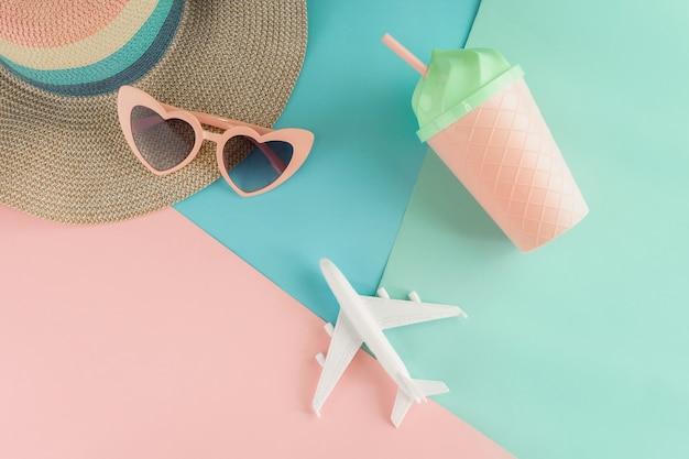 Accessoires pour femmes sur fond de couleurs pastel, concept de vacances d'été