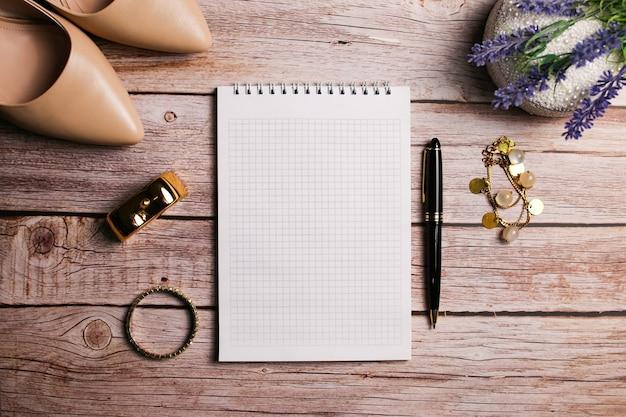 Accessoires pour femmes à la mode beige talons, parfum et bracelet, bijoux