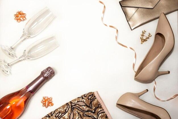 Accessoires pour femmes pour la fête: chaussures, lunettes, vêtements, cadeaux sur fond blanc.