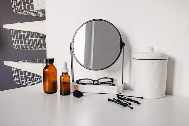 Accessoires pour femmes sur table sur blanc dans une pièce intérieure moderne. coiffeuse de toilette