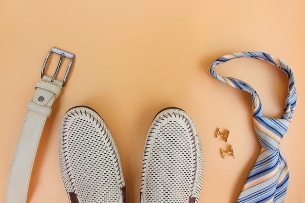 Accessoires pour hommes sur beige. vue de dessus.
