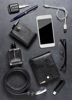 Accessoires pour hommes sur fond de béton noir. concept d'un homme moderne réussi