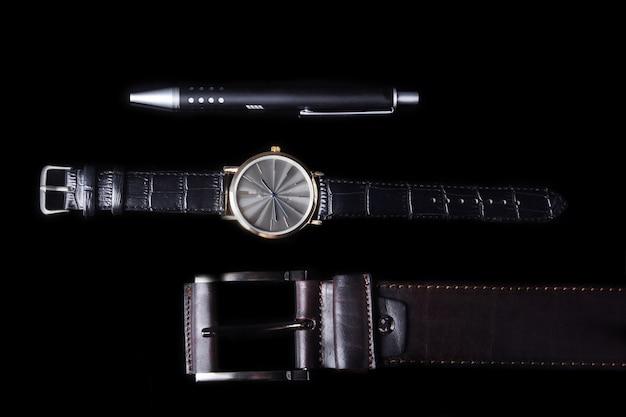 Accessoires pour hommes avec portefeuille en cuir marron, ceinture et montre.