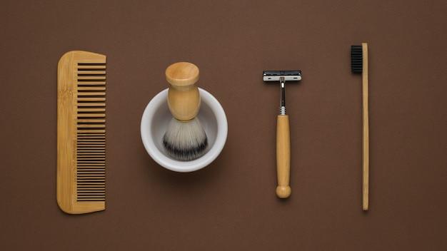 Accessoires pour hommes pour la toilette du matin sur fond marron. mise à plat.