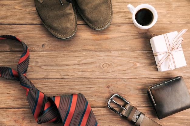 Accessoires pour hommes près du cadeau et de la tasse