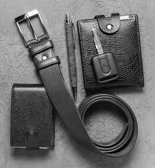 Accessoires pour hommes sur une surface de béton sombre
