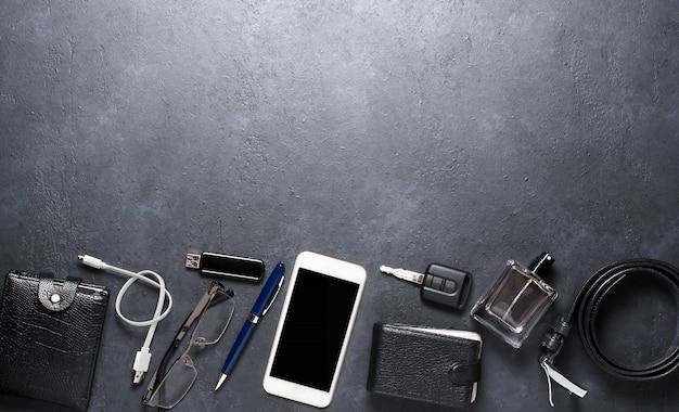Accessoires pour hommes sur une table en béton noir