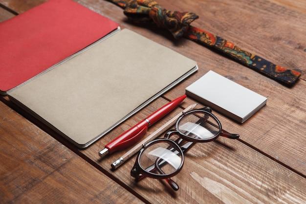 Accessoires pour hommes sur la table en bois