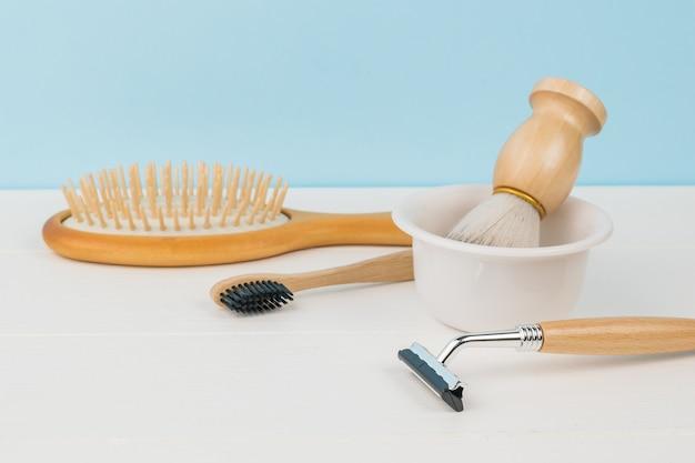 Accessoires pour l'hygiène masculine sur un tableau blanc sur fond bleu.