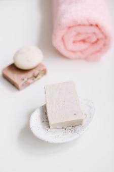 Accessoires pour l'hygiène personnelle savon naturel fait main et serviette rose