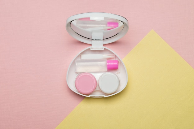 Accessoires pour lentilles de contact sur fond multicolore. la vue du haut.