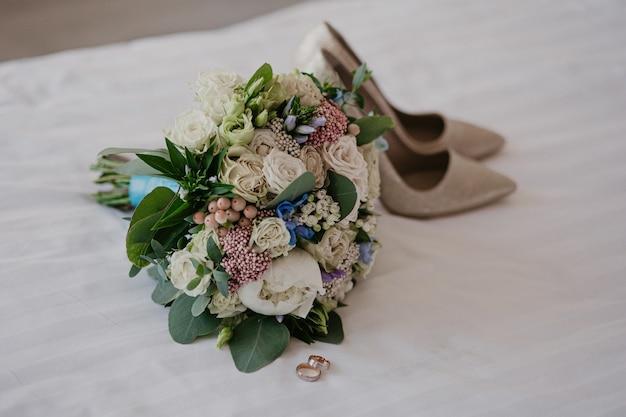 Accessoires pour la mariée: bagues, chaussures, bouquet de mariée et parfum