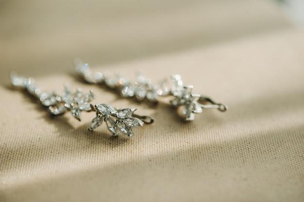 Accessoires pour la mariée. des boucles d'oreilles . boucles d'oreilles de mariage blanches.
