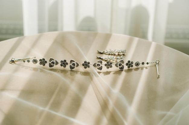 Accessoires pour la mariée. boucles d'oreilles et un bracelet. boucles d'oreilles de mariage blanches.