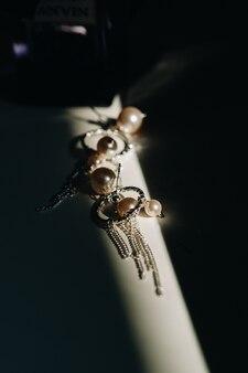 Accessoires pour la mariée. boucles d'oreilles sur le voile. boucles d'oreilles de mariage blanches. espace pour le texte et les annonces.