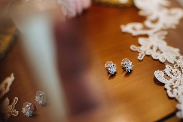 Accessoires pour la mariée. boucles d'oreilles sur le voile. boucles d'oreilles de mariage blanches.