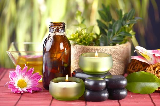 Accessoires pour massage spa en composition sur la table.