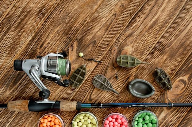 Accessoires pour la pêche à la carpe et appâts de pêche sur des planches en bois avec espace copie.