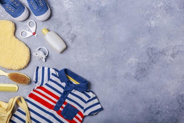 Accessoires pour petit enfant ou bébé garçon sur une surface grise