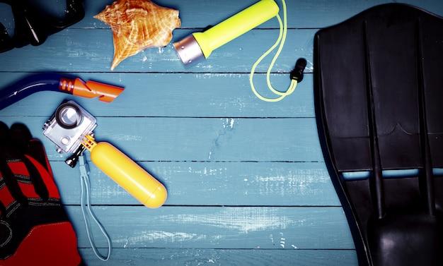 Accessoires pour la plongée en apnée, masque, palmes, appareil photo et bureau jaune, espace libre au milieu