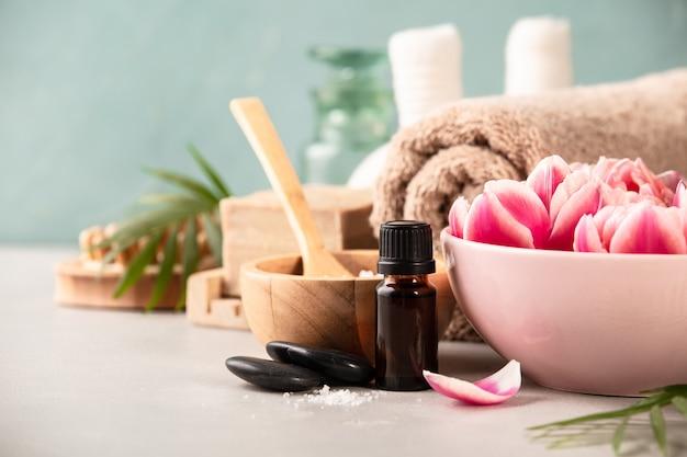 Accessoires pour les procédures de spa. ingrédients naturels et fleurs