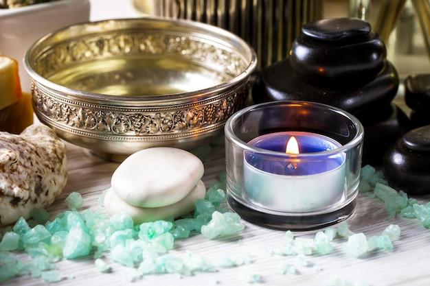 Accessoires pour salons de spa sur un vieux fond sur une table