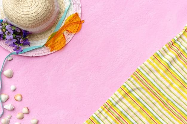Accessoires pour les vacances d'été. chapeau, lunettes et couverture.