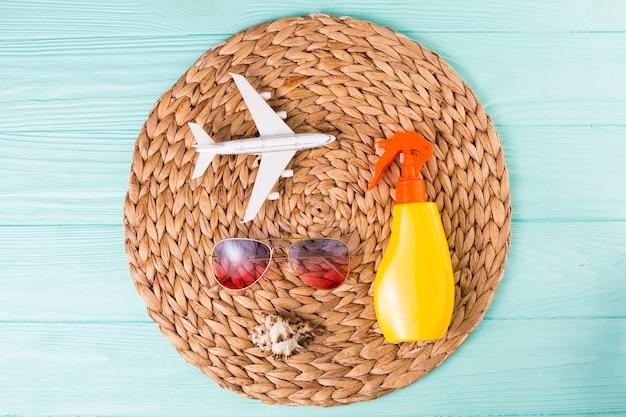 Accessoires pour vacances à la plage sur tapis en osier
