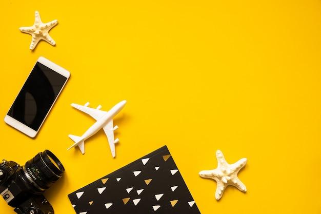 Accessoires pour voyageurs d'été à plat.