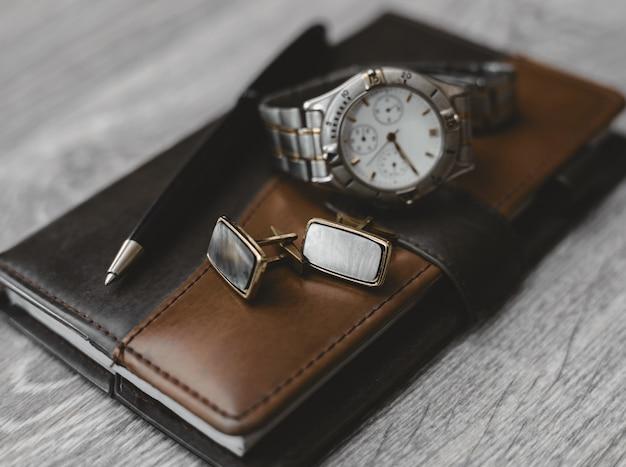 Accessoires professionnels. bloc-notes avec montre et manchette