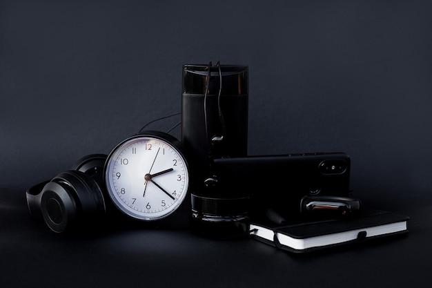Accessoires professionnels noirs. papeterie. regardez le stylo d'écouteurs mobiles pour ordinateur portable.