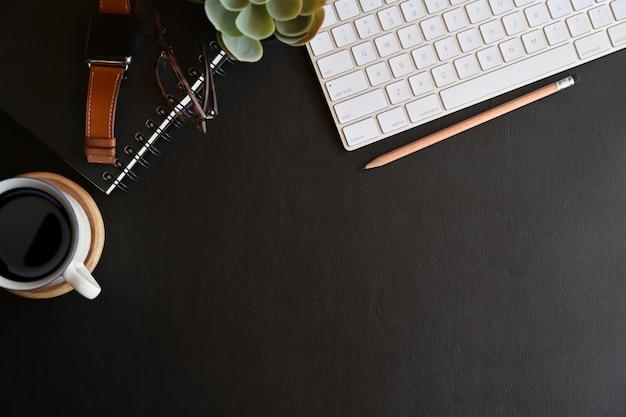 Accessoires professionnels sur le plateau en cuir foncé et l'espace de copie