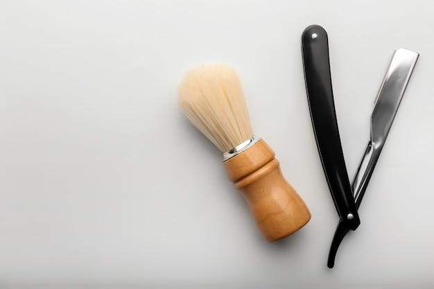 Accessoires de rasage pour hommes sur surface blanche