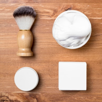 Accessoires de salon de coiffure vue de dessus sur table en bois