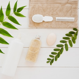 Accessoires santé peau sur table avec feuilles vertes