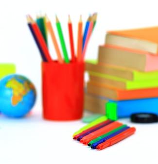 Accessoires scolaires sur blanc