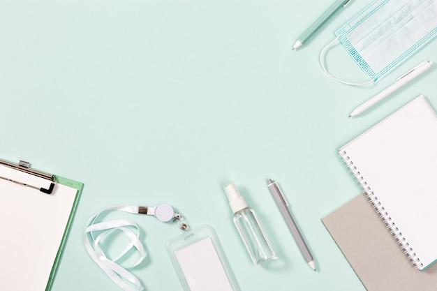 Accessoires scolaires, nouveau concept normal, masque médical facial et désinfectant pour les mains