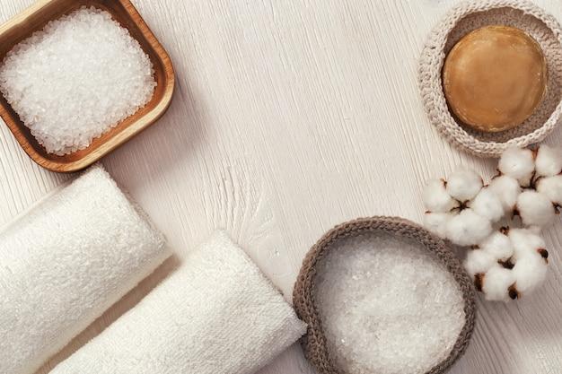 Accessoires de spa. articles pour salle de bain sur bois, copiez l'espace.
