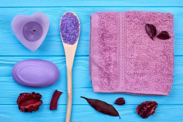 Accessoires de spa de bain aromatique vue de dessus à plat. fond de bureau en bois bleu.
