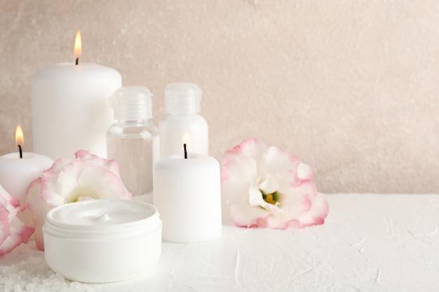 Accessoires de spa et belles fleurs sur blanc, gros plan