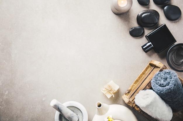 Accessoires de spa sur fond gris