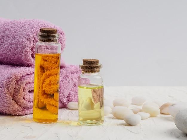 Accessoires de spa avec pierres, composition de traitement spa sur fond coloré de table.