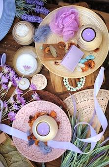 Accessoires de spa à plat savon artisanal fait main fleurs fraîches bougies sel de bain etc.